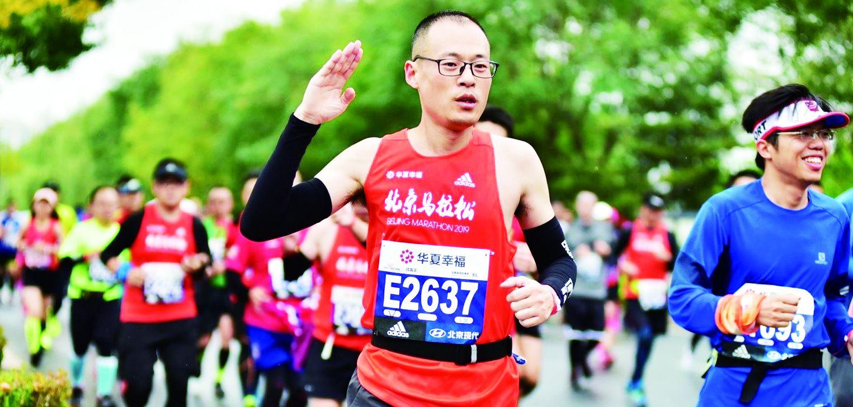 43岁的吕雷正每天晨跑10公里,从一个人跑到带动100多个邻居一起跑