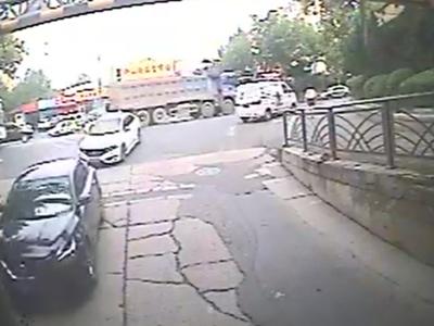 青岛一司机半坡起步多次未果还溜车,后面的车主不摁喇叭反而下车了……