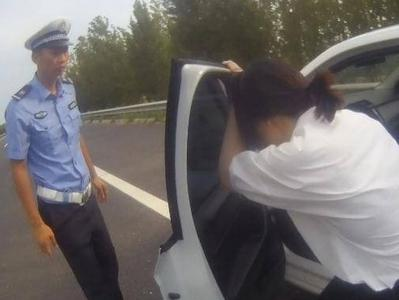 女司机高速上疑似低血糖发作,下车后晕倒,青岛交警及时救助
