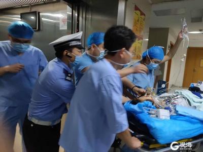 重症患者急需转院,胶州湾高速交警开道护送,晚高峰车辆让出生命通道!