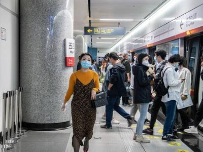 青岛全员核酸检测后迎首个周末,市内公共交通客流平稳,秩序井然