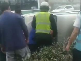 车水马龙中,她把私家车挡风玻璃砸破了!围观的人却竖起了大拇指……