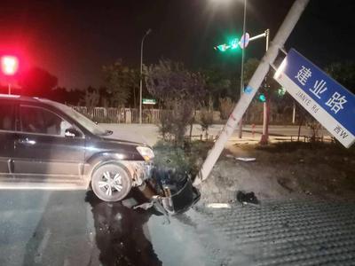 酒司机遇交警查车竟然强行冲关,撞车逃逸再撞灯杆终落网