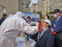 直击:青岛全城核酸检测,市民有序排队