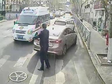 """青岛街头感人一幕:救护车被堵,他下车疏导让出""""生命通道"""""""