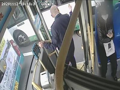 点赞!道路拥堵急救车难行,青岛这位公交车驾驶员两次起身指挥让出生命通道