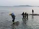 冰海中 他们蹚过海水救出两名礁石被困人员
