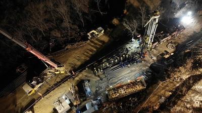 栖霞金矿事故救援:4号钻孔接通电源实现井底照明,保持联络和给养输送畅通