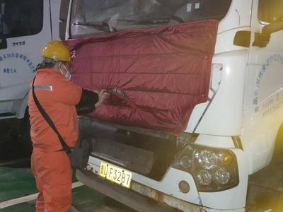 """青岛垃圾运转车裹""""棉衣""""御寒,应急小组24小时待命保障垃圾转运畅通"""