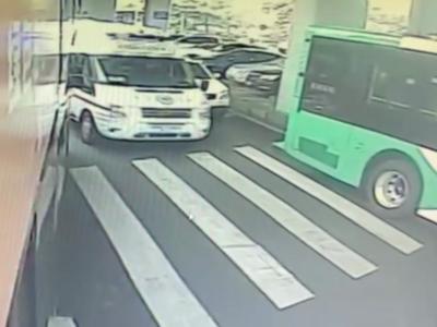 """救护车鸣笛驶来……青岛街头,两辆公交车""""45度让路法""""让出生命通道"""