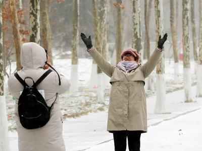 """本周末寒潮大举南下!雨雪齐袭,北方仍体感冻人,南方开启""""速降""""模式"""