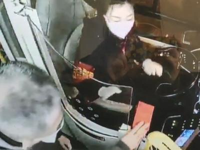 青岛公交车厢暖心一幕:七旬老人给驾驶员扔下红包转身就走……