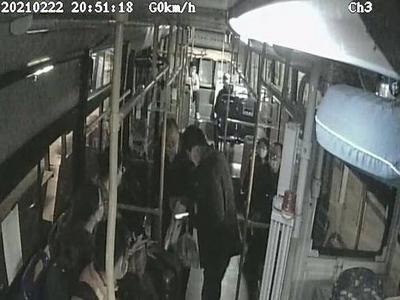 """""""家里78岁老人在公交站走失了""""!傍晚,一通电话打到了青岛公交调度室……"""