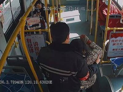 青岛一公交驾驶员足足停站等待1分钟,背后原因很暖心!