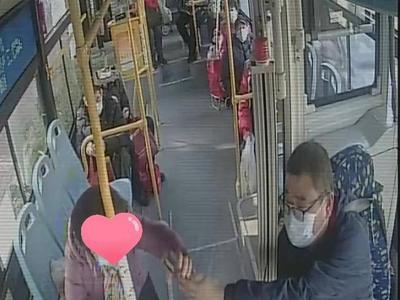 青岛公交温情一幕:老人丢钱包后乘车,驾驶员的举动好暖……