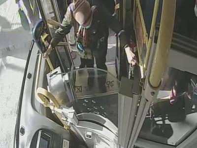 """青岛一公交司机突然跑下车""""脱岗""""20多秒,监控记下了超暖心的一幕……"""