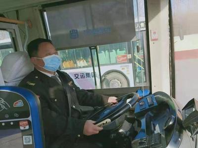 青岛一公交驾驶员连闯两红灯为哪般?背后故事很暖心……