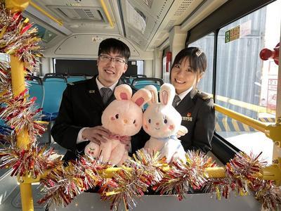 """浪漫满车!青岛这路公交车今天开启""""情人节丘比特专车""""主题甜蜜之旅"""