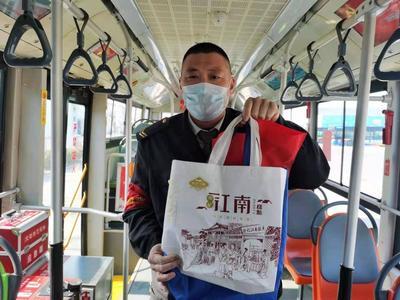 青岛市民乘车年货散落一地,公交驾驶员用自备环保袋热心解困