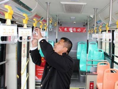 青岛这些人在车厢内外宣传消费者权益知识,提醒乘客谨防上当受骗!