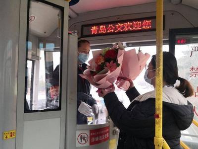 青岛公交温馨一幕:花店老板捧着鲜花上了车,热心乘客拍下暖心瞬间……