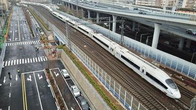 全长750米带泊位,全新济南路追着火车跑