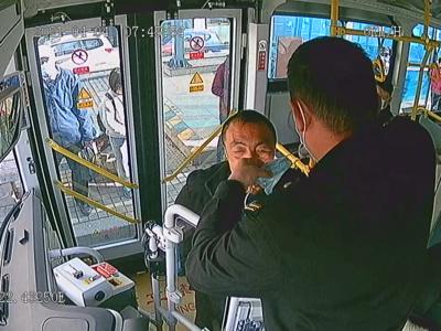"""一个动作触动乘客内心,神秘驾驶员""""701""""原来是他……"""