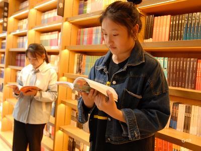 """青年人眼中的五四精神和""""青春之岛""""什么样?市图书馆的这场展览告诉你"""