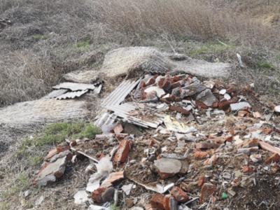 记者在现场|平度这里的田间地头堆起垃圾,污染土地河道