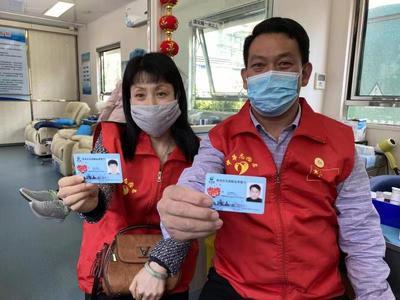 瓷婚纪念日当天,青岛这对夫妻各献血400毫升并签下遗体捐献登记表
