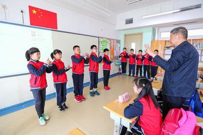 """用手""""唱""""国歌!这位退休老教师带孩子们做到了"""