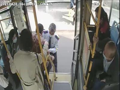 青岛一八旬老人公交车上抹泪,驾驶员和16名乘客的举动真暖心……