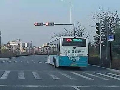 记者在现场 | 公交车闯红灯,市民呼吁加强公交司机管理
