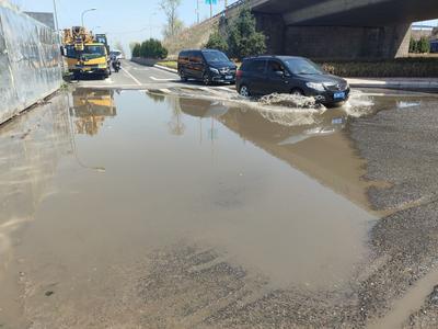 记者在现场 | 雨后多日,滁州路劲松五路跨线桥下积水未清