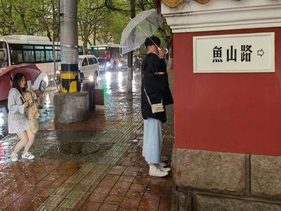 青岛今天雷电冰雹大风齐上演!五一小长假时常有雨叨扰,出门记得带伞