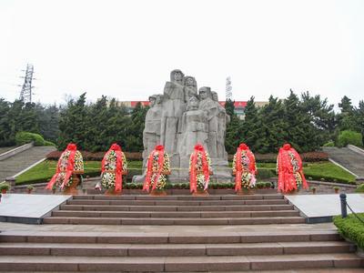缅怀革命先烈,传承红色基因|青岛市举行清明祭扫活动