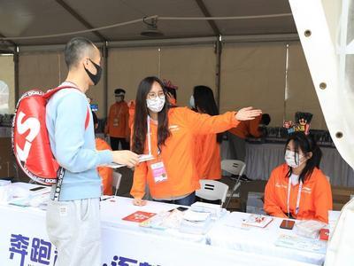 """展青年志愿者风采!2021青岛马拉松中这些青年身影""""靓""""了"""