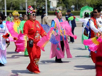 青岛市民用各种方式开启五一假期