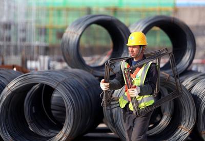 五一假期,建筑工人奋战一线赶工期