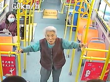 """青岛九旬老人迷路 ,公交车上的这场""""爱心接力""""温暖人心……"""