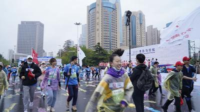 """雨中马拉松,观海新闻记者和你一起""""跑""""!"""