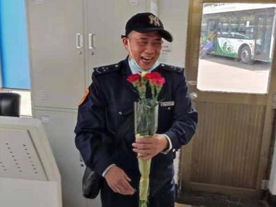 """青岛公交驾驶员收到""""母亲节""""康乃馨,得知原因后他笑开花!"""
