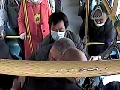 """惊险!老人乘坐公交车突发中风昏迷,610路""""沉着哥""""冷静处理保乘客平安"""