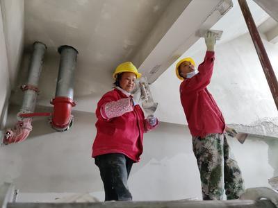 """莱西东欧产业新城200多名劳动者奋战一线:""""大家憋着一股劲儿争取提前投产"""""""