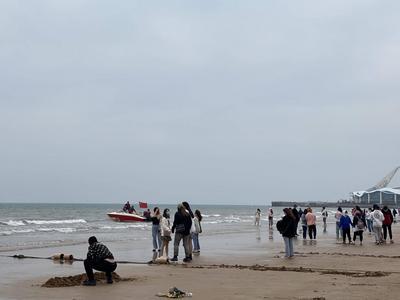 放风筝、挖沙、时尚运动......石老人休闲海滨生活吸引各地游客