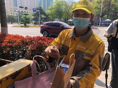 五一劳动节,青岛市民的这一温暖举动让环卫工人泪目!