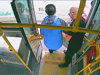 盲人乘客独坐公交车,青岛公交驾驶员四次起身温情相助……