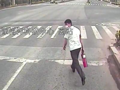 路遇货车起火,青岛两名公交驾驶员做出了一样的举动……