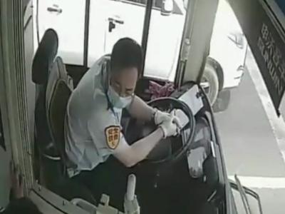 小女孩突感不适、外卖骑手摔倒……青岛街头又见暖心公交驾驶员!