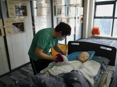 """养老护理员在青岛能领""""职业资格证""""了!相关技能等级认定工作启动"""